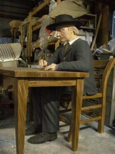 実寸大ファーブル先生。 机や椅子は木ではありません。 発泡、FRP