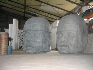 博物館用。 マヤ文明のオルメカ巨頭像。 高さ1m30cm。 発泡、FRP